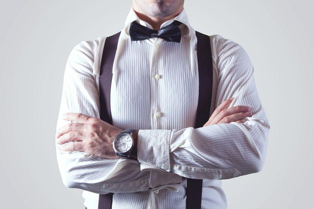 Chico con una camisa hipster y tirantes