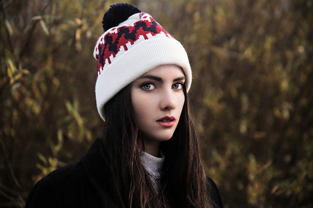 Chica con un gorro hipster