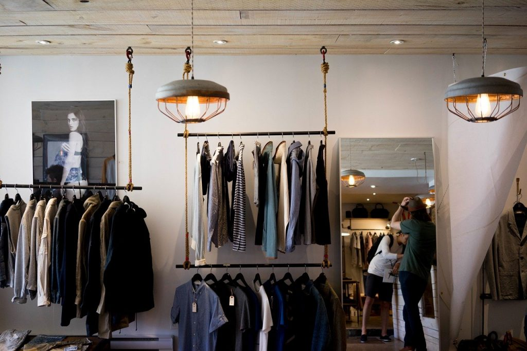 Tienda llena de ropa hipster