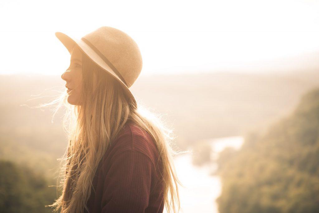 Chica con un sombrero hipster