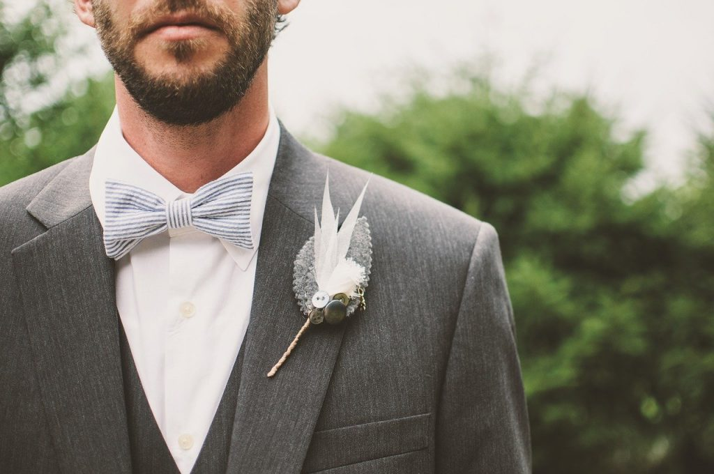 Chico con un traje hipster gris